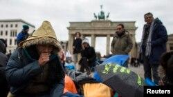 آرشیف: شماری از افغان های پناهجو حین اعتصاب غذایی در شهر برلین آلمان، کشوریکه تا حال ده ها پناهجوی افغان را جبراً اخراج کرده است