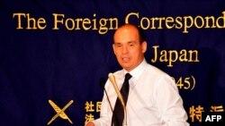 Cựu tổng giám đốc của công ty Olympus Michael Woodford nói chuyện với các phóng viên tại Tokyo, ngày 25/11/2011
