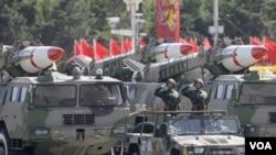 Rudal dipertontonkan dalam parade memperingati 60 tahun berdirinya Republik Rakyat Tiongkok di Beijing (foto: dok.)