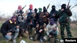 Tentara Suriah yang membelot dan bergabung dalam Laskar Pembebasan Suriah (FSA) berpose di depan basis FSA di Qusair (Foto: dok).