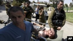 Một binh sĩ Israel bị thương được đưa đến bệnh viện trong thị trấn Beersheva, Israel, 21/9/12