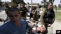 جھڑپ میں زخمی ہونے والے ایک اسرائیلی فوجی کو اسپتال منتقل کیا جارہا ہے