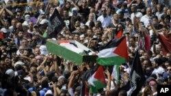 이스라엘로부터 보복 살해됐다는 의혹을 받고 있는 팔레스타인 소년의 장례식에 수 천명의 팔레스타인 주민들이 참석했습니다.