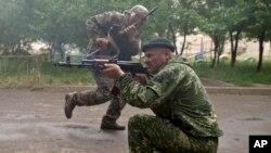 2일 러시아 동부 루한스크에서 친 러시아 분리주의 민병대원들이 정구분과 교전을 벌이고 있다.