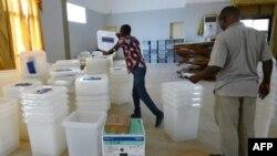 Préparation du matériel électoral à Port-Bouet à Abidjan en Côte d'Ivoire, le 24 octobre 2015.