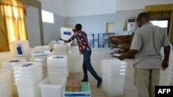 Les Ivoiriens comptabilisent les urnes et le matériel électoral reçus dans un centre de Port-Bouet à Abidjan, le 24 octobre 2015.