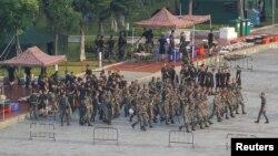 Tentara China berbaris di lapangan Stadion Olahraga Shenzhen Bay di Shenzhen, 15 Agustus 2019.