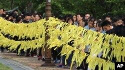 Masyarakat berkumpul untuk memberikan penghormatan pada para korban kapal feri Sewol yang tenggelam, di Ansan, Korea Selatan (4/5). (AP/Ahn Young-joon)