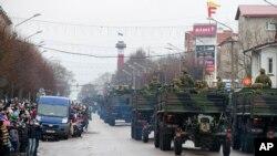Военный парад в День независимости Эстонии с участием военнослужащих НАТО. Нарва, 24 февраля 2015 г.