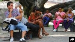 지난해 6월 쿠바 수도 아바나에서 사람들이 공용 와이파이를 이용하고 있다.