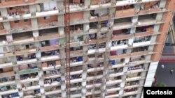 La Torre de David es un rascacielos de 45 pisos que quedó sin concluir en la década de los 90. En 2007 fue invadida por unas 2.000 familias.