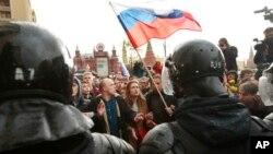 Người biểu tình trước cảnh sát chống bạo loạn ở Moscow hôm 7/10.