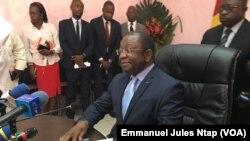 """Le ministre du Commerce Luc Magloire Atangana lors de la concertation sur """"L'affaire du riz en plastique"""" à Yaoundé, le 7 janvier 2019. (VOA/Emmanuel Jules Ntap)"""