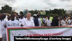 """Près d'un milliers de personnes ont marché en silence samedi à Ouagadougou pour dire """"Non à la barbarie!"""", 19 août 2017. (Twitter/USEmbassyOuaga)"""
