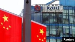 中国恒大集团在上海中心旁的中国国旗 (2021年9月24日)
