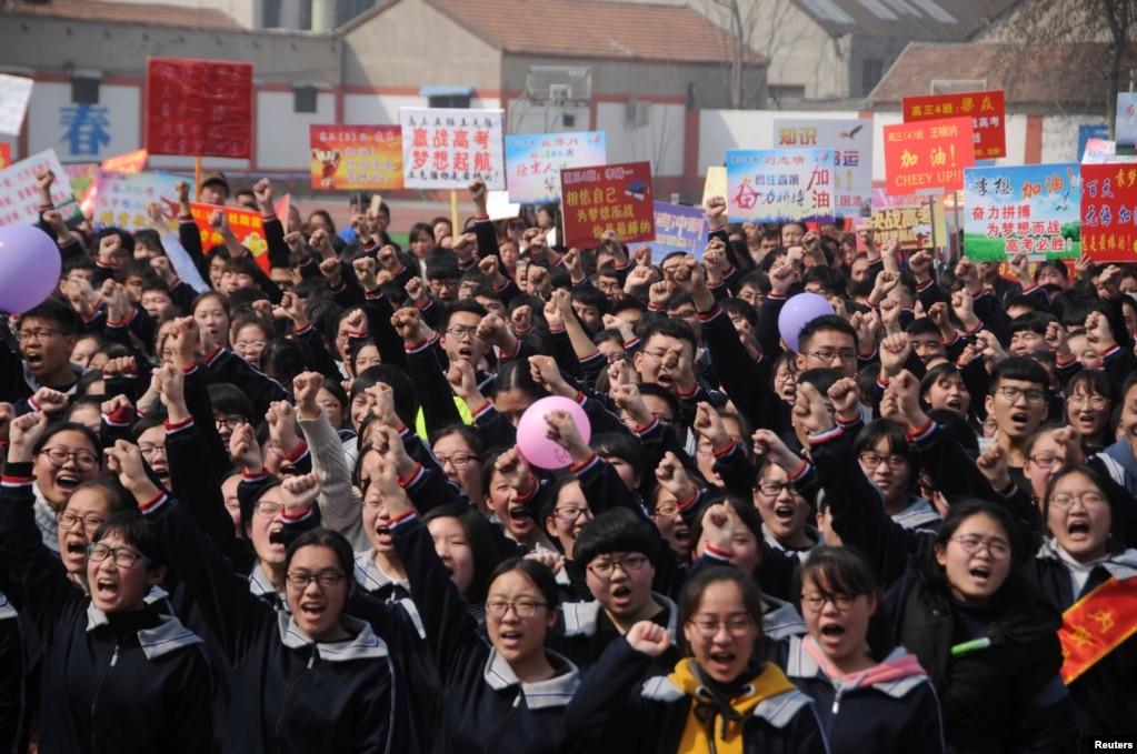 """2018年3月12日,在中國河南省安陽市的一所高中,年度性全國""""高考""""之前,學生參加宣誓大會。"""