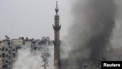 6일 시리아 수도 다마스쿠스에서 정부군과 반군이 치열한 교전을 벌인 가운데, 도심에서 검은 연기가 피어오르고 있다.