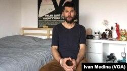 Iván Medina posa desde la habitación de su apartamento en Madrid, desde donde vive aislado desde el pasado 14 de marzo de 2020, cuando se decreto el estado de alarma en España.