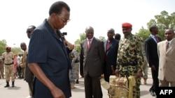 Le président tchadien Idriss Deby Itno, au centre, se présenter les armes saisies à la force rebelle vaincue, sur la place de l'Indépendance à N'jamena, Tchad, 20 mai 2009.