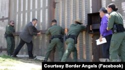 美墨边界上临时开启的机制 让分开的移民家庭成员得以短暂会面