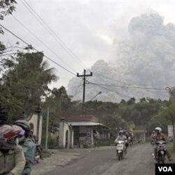 Puluhan ribu penduduk harus mengungsi untuk menghindari awan dan abu panas dari letusan Merapi.