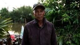 លោក សន ទូច ជាកសិករក្នុងស្រុកព្រៃនប់ ខេត្តព្រះសីហនុ ដែលរងគ្រោះដោយសារទឹកប្រៃតាមព្រែកសមុទ្រ ហូរចូលស្រែរបស់អ្នកស្រី។ (លាស់ លីបលីប/VOA Khmer)
