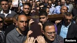 """基督教徒在耶穌受難日遊行活動中搬運十字架走過耶路撒冷老城的""""苦難之路"""""""