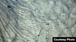 ផ្ទាំងទឹកកកនៅកោះហ្រ្គីនលេន (Greenland) ។ ការសិក្សាថ្មីមួយប្រើប្រាស់ទិន្នន័យរបស់អង្គការណាសា(NASA)ដើម្បីផ្តល់សេចក្តីលម្អិតអំពីរបៀបដែលផ្ទាំងទឹកកកនិងផែនទឹកកកកំពុងប្រែប្រួល។ ការសិក្សានេះដឹកនាំដោយភូគព្ភវិទូ Beata Csatho នៃសាកលវិទ្យាល័យ University of Buffalo។ (រូបថត៖ Beata Csatho)