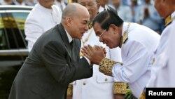 Thủ tướng Campuchia Hun Sen kính chào vua Norodom Sihamoni tại một buổi lễ, 9/11/2017.
