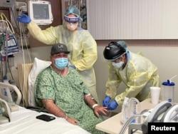 Pasien COVID-19 Brian Parisi (53), dari Orange County, dirawat oleh staf medis di ICU Rumah Sakit Providence St Joseph di Orange, California, AS, 23 Juli 2021. (REUTERS/Omar Younis)