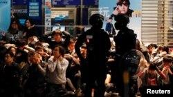 Polisi anti huru-hara menahan demonstran anti-pemerintah dalam skala besar selama demonstrasi hukum pada Hari Tahun Baru untuk menyerukan pemerintahan yang lebih baik dan reformasi demokrasi di Hong Kong, China 1 Januari 2020.