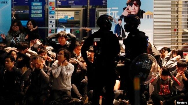 香港防暴警察在获得警方批准的元旦大游行期间抓捕了大批示威民众。(2020年1月1日)