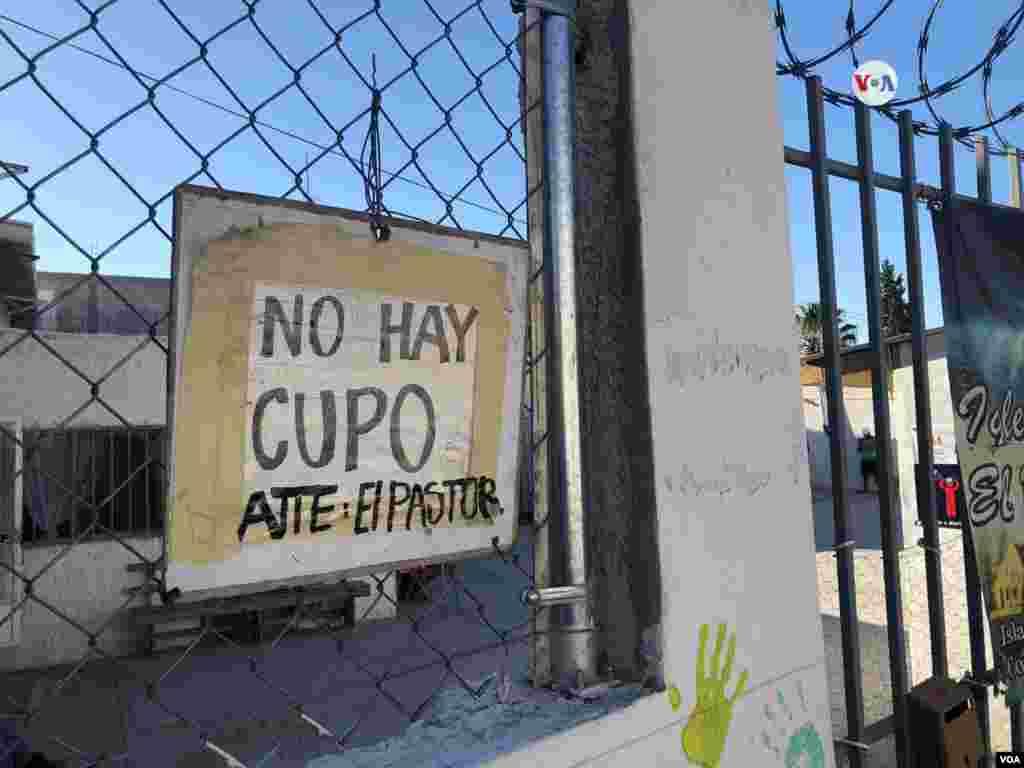 """En la entrada de este albergue cuelga un aviso que indica que ya """"no hay cupo"""" debido a la gran cantidad de migrantes que se encuentran en este refugio en Ciudad de Juárez, México.Photo: Celia Mendoza - VOA."""
