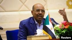 Perezida wa Sudani Omar Hassan al-Bashir mu kiganiro n'abamenyeshamakuru, inyuma y'irahira ry'umushikiranganji wa mbere hamwe n'icegera ca mbere c'umukuru w'igihugu, Bakri Hassan Saleh i Khartoum, Sudani, Itariki 02/03/2017.