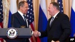 资料照:美国国务卿蓬佩奥在国务院媒体见面会后与俄罗斯外长拉夫罗夫(左)握手 (2019年12月10日)。