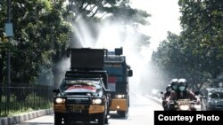 Kendaraan taktis dari Polda Jabar diturunkan untuk menyemprot disinfektan di area publik saat Penyemprotan Serentak 27 Kabupaten/Kota di Jabar, Selasa, 31 Maret 2020. (Courtesy: Humas Polda Jabar)