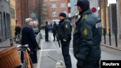 Policija ispred sinagoge na mestu gde se dogodiio teroristički napad, Kopenhagen, 15. februar, 2015.