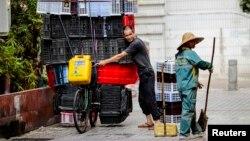 资料照:一名广州环卫女工在清扫街道。