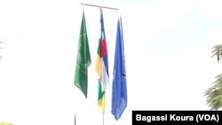 Des drapeaux lors d'une cérémonie d'hommage en Centrafrique