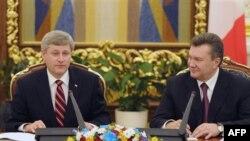 Премьер-министр Канады Стивен Харпер (слева) и президент Украины Виктор Янукович. Киев. 25 октября 2010 года