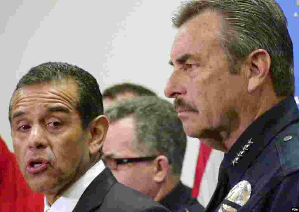 洛杉矶市长和警长宣布悬赏(美国之音国符拍摄)