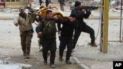 Evacuación de una mujer herida en Ramadi, una de las ciudades capturadas por el grupo Estado islámico en Irak.