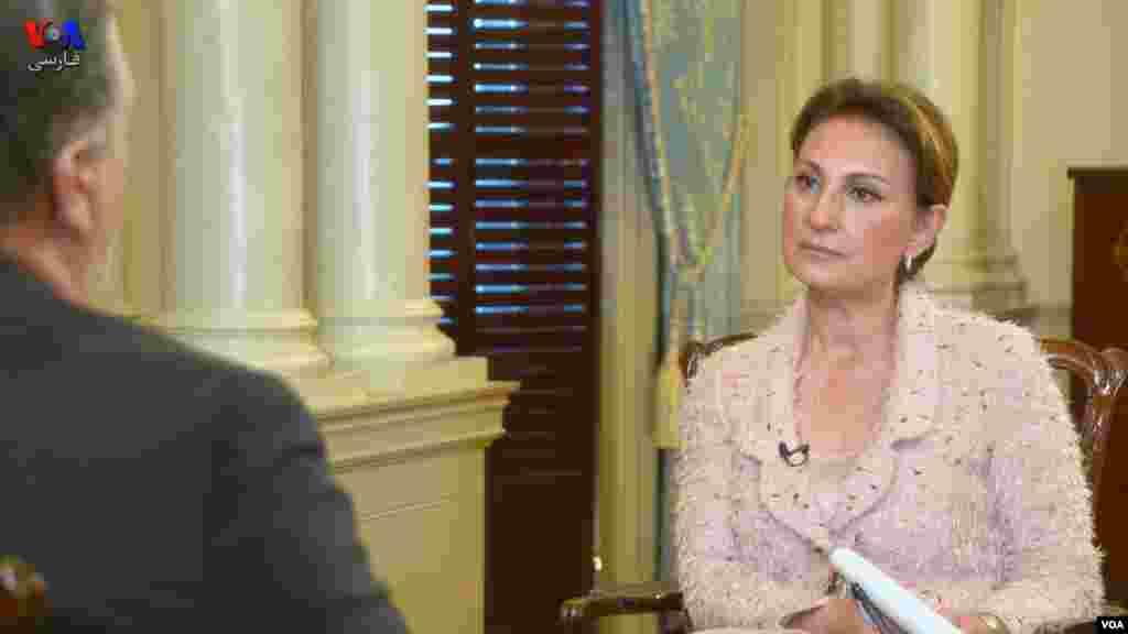 ستاره درخشش، مدیر بخش فارسی صدای آمریکا در اتاق پذیرایی جیمز مونرو در وزارت امور خارجه با مایک پمپئو، وزیر امور خارجهٔ ایالات متحده مصاحبه می کند.