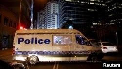 Sebuah mobil polisi memblokir jalan di luar markas besar kepolisian New South Wales (NSW) di Parramatta, Australia (2/10).