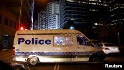 澳大利亞新南威爾士地區警察總部門外發生亞裔警員遭槍殺後,警方封鎖現場進行調查。