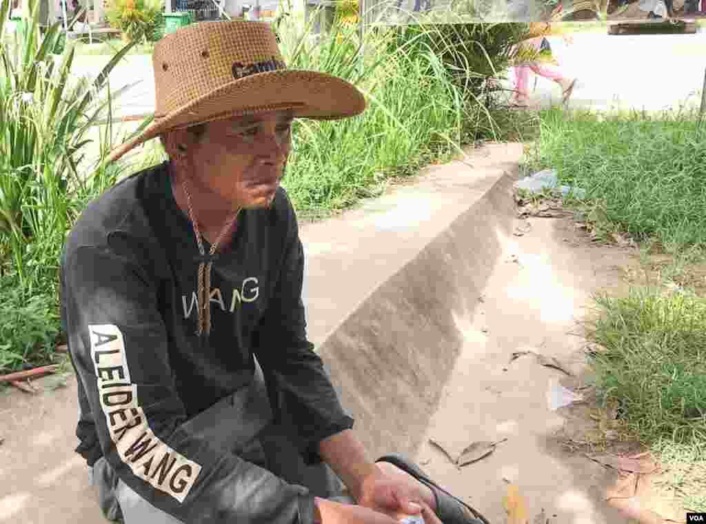 លោក សួន ភារម្យ អាយុ៤១ឆ្នាំ បាត់ប្អូនថ្លៃរបស់លោកឈ្មោះ រស់ ស៊ីថា អាយុ៤១ឆ្នាំ ដែលមកធ្វើការនៅសំណង់អគារដែលបាក់រលំនៅក្រុងព្រះសីហនុនេះប្រមាណ៦ខែមកហើយ។ ប្អូនថ្លៃរបស់លោកដែលបាត់ខ្លួនមកពីខេត្ត ព្រៃវែង, នៅខេត្តព្រះសីហនុ, នៅថ្ងៃទី២៣ ខែមិថុនា ឆ្នាំ២០១៩។ (ស៊ុន ណារិន/ VOA Khmer)