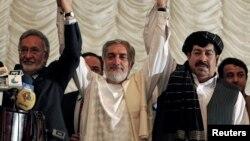 Capres Afghanistan Abdullah Abdullah (tengah) dan mitra koalisinya Zalmai Rassoul (kiri) serta Gul Agha Shirzai (kanan) dalam konferensi pers di Kabul (11/5).