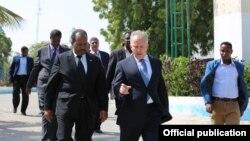 Michael Keating,Ergeyga QM ee Somalia iyo Madaxweyne Xassan Sheekh Axmed(Sawir Hore)