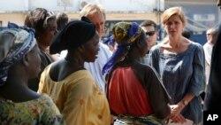 Dubes AS untuk PBB, Samantha Power berbicara dengan para perempuan yang mengungsi di Bangui, Republik Afrika Tengah, Kamis (19/12).