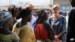 L'ambassadeur américain aux Nations unies Samantha Power parlant aux femmes déplacées dans le camp de fortune